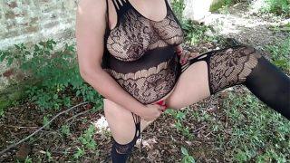 शहरी भाभी ने जंगल में आधी नंगी होकर अपने आपको एक्सपोज़ किया पब्लिक के बीच में